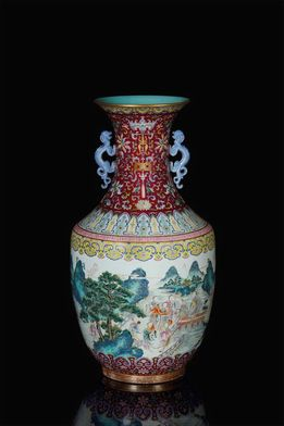 A MAGNIFICENT IMPERIAL LARGE FAMILLE ROSE VASE, IRON-RED QIANLONG IMPERIAL 6-CHARACTER SEAL MARK AND OF THE PERIOD (1736-1795)