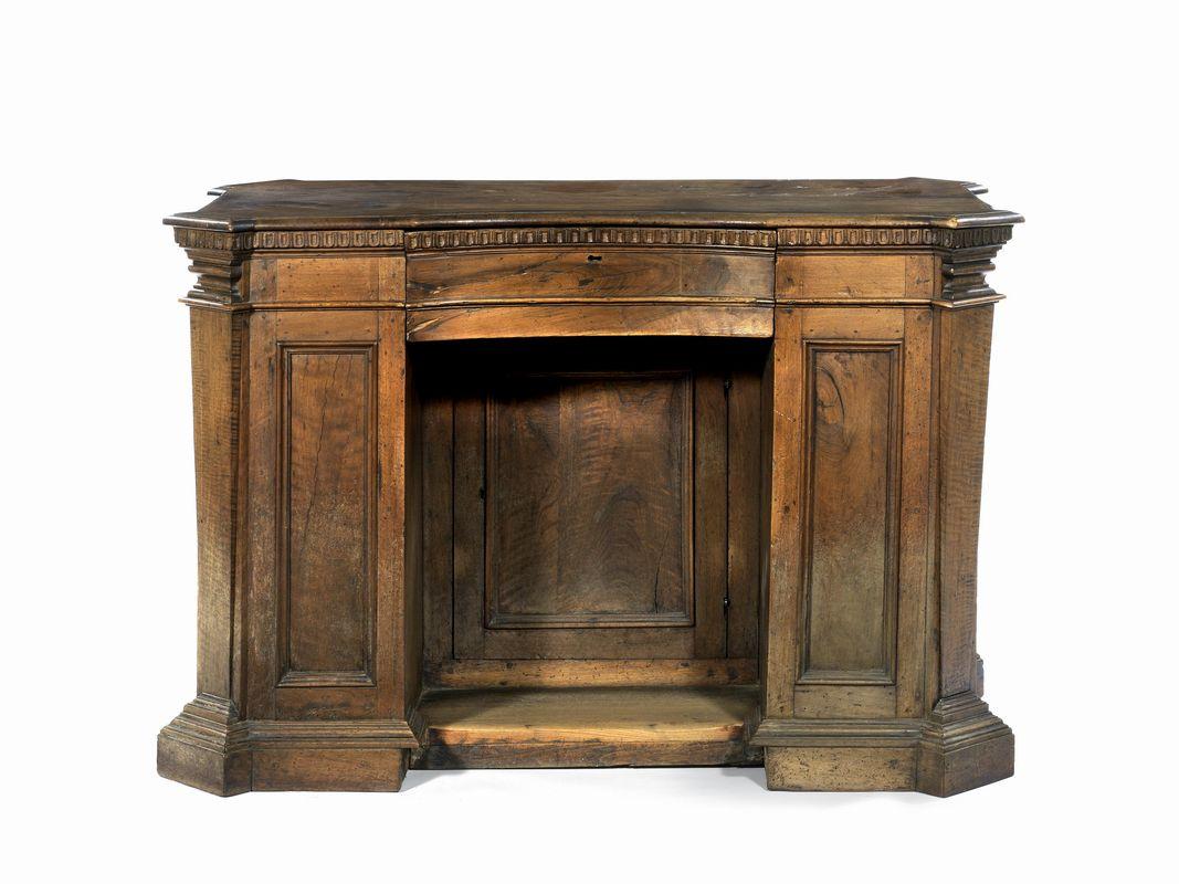 Scrivania a banco italia centrale in parte sec xviii for Asta mobili antichi