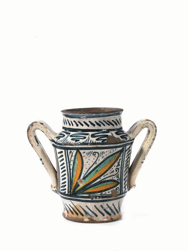 Vaso biansato deruta sec xv in maiolica decorata in for Vaso greco a due anse