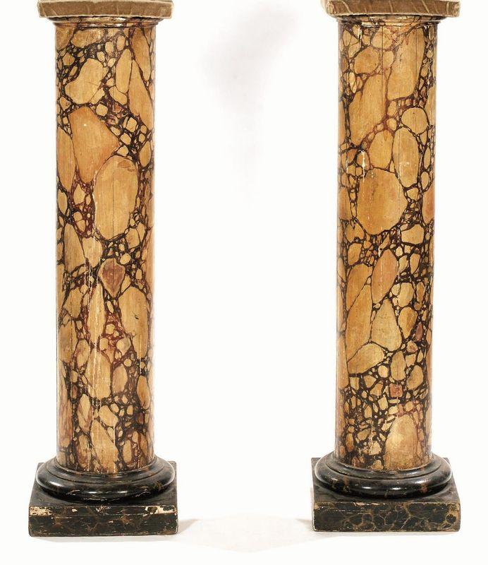 Coppia di colonne, sec. XIX , in legno dipinto a finto marmo ...