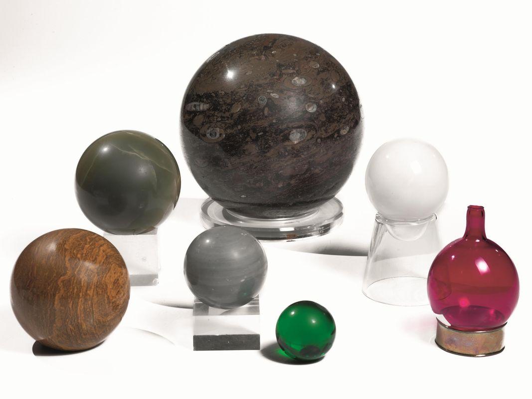 Sette sfere soprammobile di cui tre in marmi vari una in for Tre case di pietra