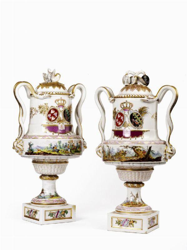 Coppia di grandi vasi stemmati manifattura di dresda for Grandi arredi mobili